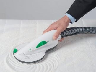 Massaje a Lavenia uniformemente no colchão